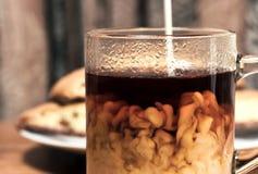 Kaffee mit Sahne und Biscotti Stockfotografie