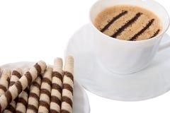 Kaffee mit Sahnebeutel der Waffel. Stockfotografie