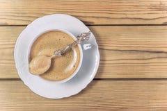 Kaffee mit Schaum im Weinlesebecher Lizenzfreies Stockfoto