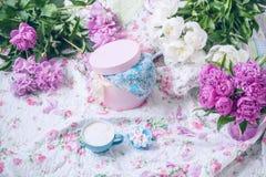 Kaffee mit Schaum und Blumen weiß und rosa Pfingstrosen auf einem hellen Schleier in den Blumen Stockbilder