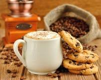 Kaffee mit Schaumgummi und Biskuiten lizenzfreies stockfoto