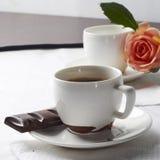 Kaffee mit Schokolade und stieg Lizenzfreies Stockbild