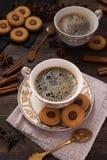 Kaffee mit Schokoladenkeksen und -zimt Stockfotografie