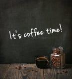 Kaffee mit schriftlichem Text Stockfotografie