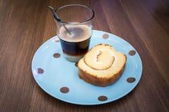 Kaffee mit Yam Roll Stockfotografie
