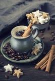 Kaffee mit Zimt Lizenzfreie Stockfotos