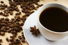 Kaffee mit Zimt und Bohnen lizenzfreies stockbild
