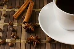 Kaffee mit Zimt und Bohnen lizenzfreie stockfotografie