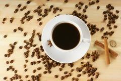 Kaffee mit Zimt und Bohnen stockfoto