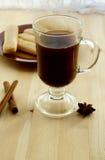 Kaffee mit Zimt und Plätzchen stockfotos