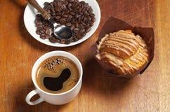Kaffee, Muffin und Bohnen stockfoto