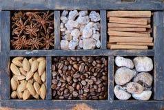 Kaffee, Nüsse und Gewürze in verrosteter Holzkiste Lizenzfreie Stockfotos
