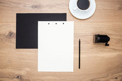 Kaffee, Papier und Bleistiftspitzer Lizenzfreie Stockfotografie