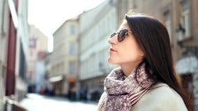 Kaffee-Papierschale der Frau der Nahaufnahme moderne lächelnde trinkende, die europäische Architektur bewundert stock video