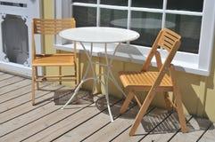 Kaffee-Patio-Tabelle und Stühle Lizenzfreie Stockfotografie