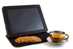 Kaffee, Plätzchen und Tablette Stockfoto