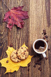 Kaffee, Plätzchen und Herbstlaub Stockfotos