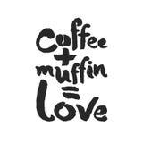 Kaffee plus Muffin ist Liebes-Kalligraphie-Beschriftung Stockfotos