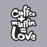 Kaffee plus Muffin ist Liebes-weiße Kalligraphie-Beschriftung Stockbilder