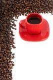 Kaffee, rotes Cup mit Kaffeebohnen Lizenzfreie Stockfotografie