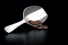 Kaffee-Schaufel und Bohnen Stockfotos
