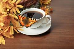 Kaffee, Schmetterling und Blumen Stockfotos