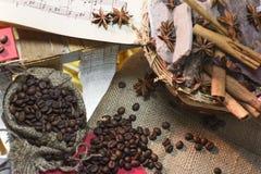 Kaffee-, Schokoladen-, Zimt- und Sternanis Stockfoto