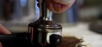 Kaffee sich abgeben lassen stock footage