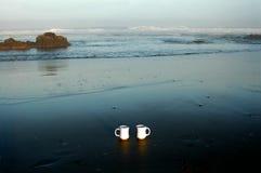 Kaffee am Strand lizenzfreies stockfoto