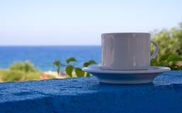 Kaffee am Strand Stockbild