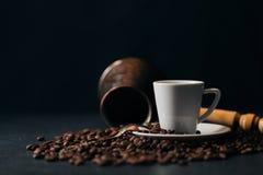 Kaffee Türkischer Kaffee Armenischer türkischer Kaffee Cezve und Schale O Lizenzfreie Stockfotografie