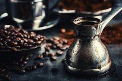 Kaffee Türkischer Kaffee Armenischer türkischer Kaffee Cezve und Tasse Kaffee Traditioneller Umhüllungskaffee Lizenzfreie Stockfotos