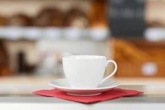 Kaffee-Tasse und Untertasse auf Seidenpapier Stockbilder