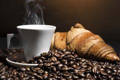 Kaffee u. Hörnchen stockfoto