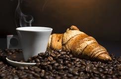 Kaffee u. Hörnchen lizenzfreie stockfotos
