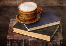 Kaffee und alte Bücher Stockbilder