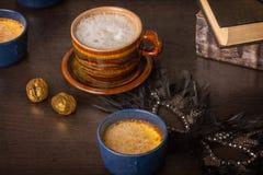 Kaffee und alte Bücher Stockfotos