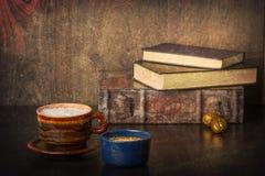 Kaffee und alte Bücher Lizenzfreies Stockfoto