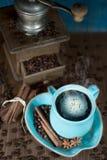 Kaffee und alte Kaffeemühle Lizenzfreies Stockbild
