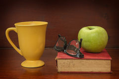 Kaffee und Apfel für das Ablesen Stockfoto
