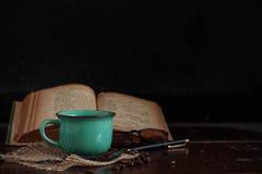Kaffee und Bücher auf Schreibtisch Lizenzfreies Stockbild