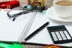 Kaffee und Bürozubehöre stockfotos