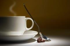 Kaffee und Bohne stockbild