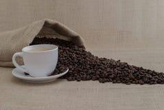 Kaffee und Bohnen stockbilder