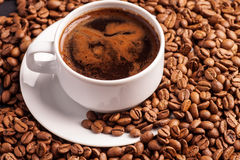 Kaffee und Bohnen stockbild