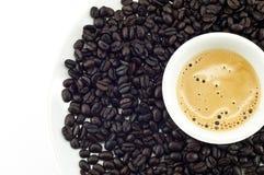 Kaffee und Bohnen getrennt. Stockbild