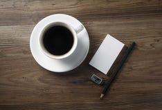 Kaffee und Briefpapier Stockfotos