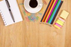 Kaffee und Briefpapier Stockfoto