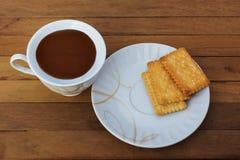 Kaffee und Brot auf der Bretterbodenoberfläche Lizenzfreies Stockbild