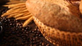 Kaffee und Brot mit Kaffeebohnen stock video